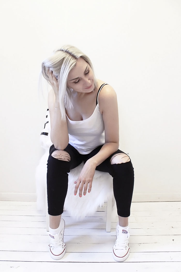 Black ripped jeans with white tank and sneakers #style #streetstyle #fashion