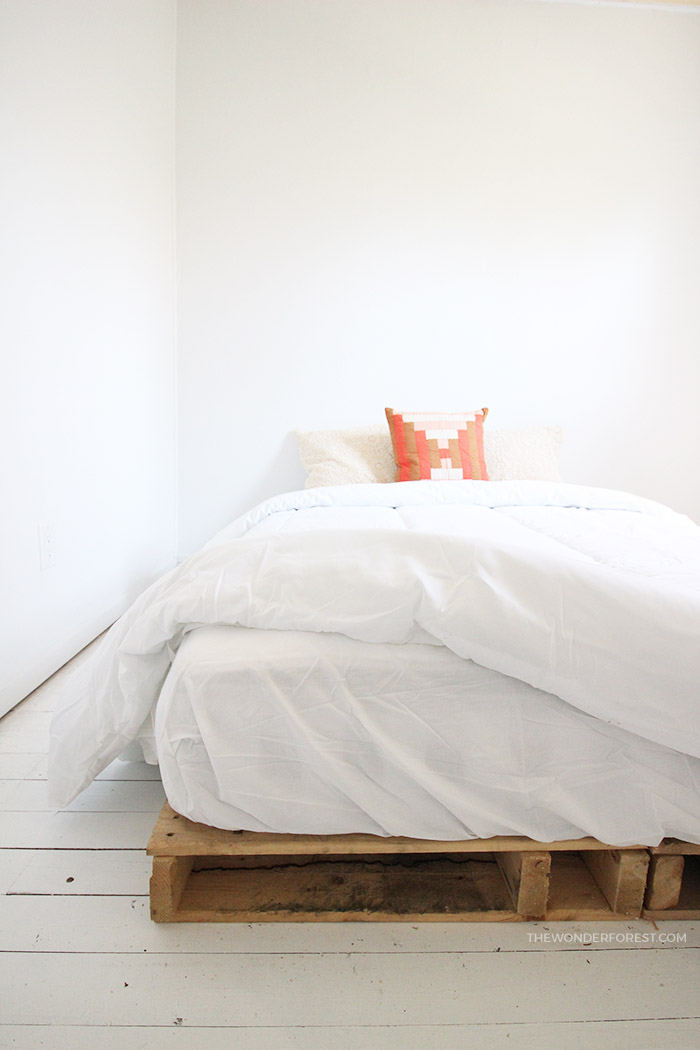 DIY: Easy Wood Pallet Bed Frame
