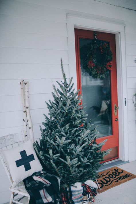 10 Inviting and Festive Front Doors for the Holiday Season