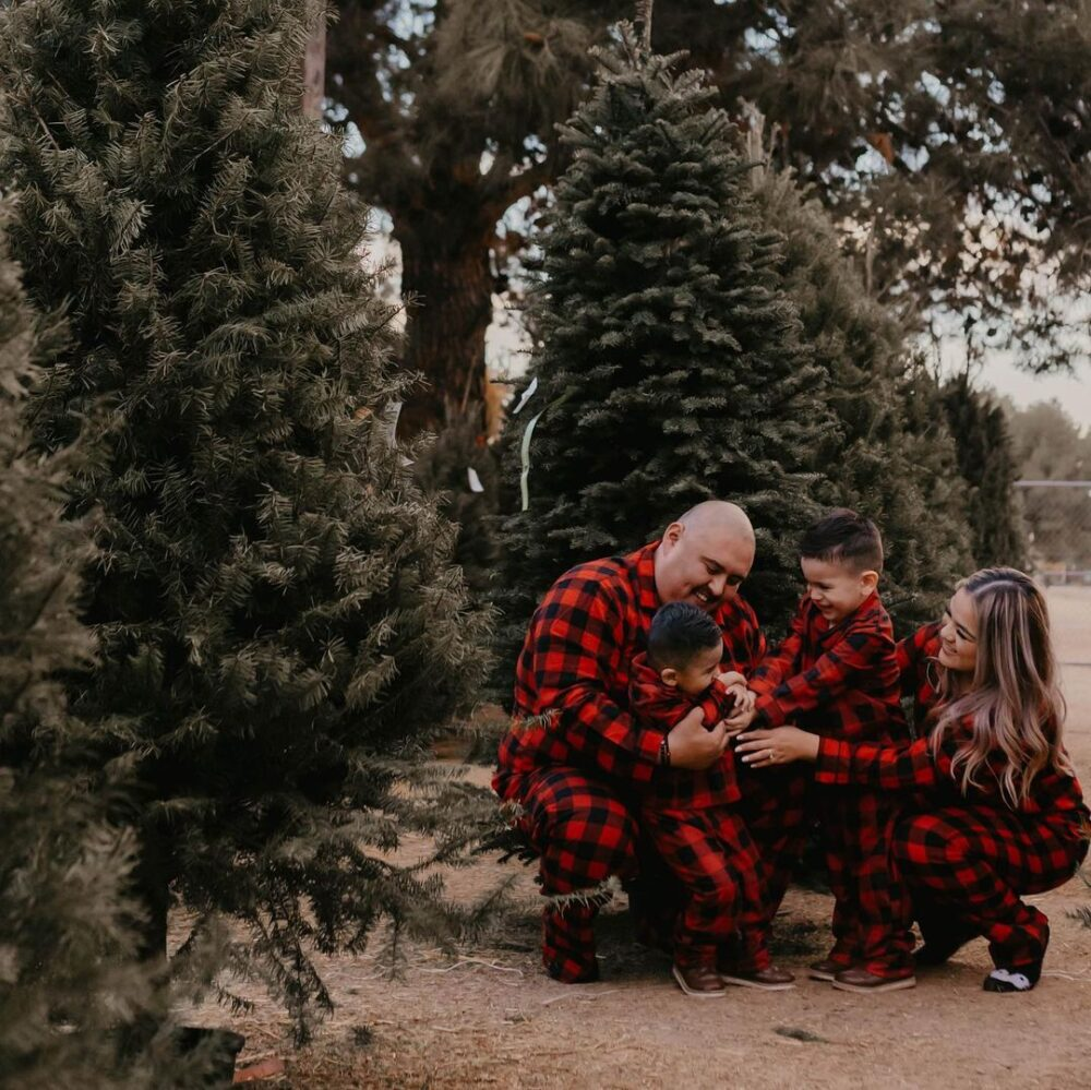 How to Shoot Professional-Looking Family Christmas Photos at Home